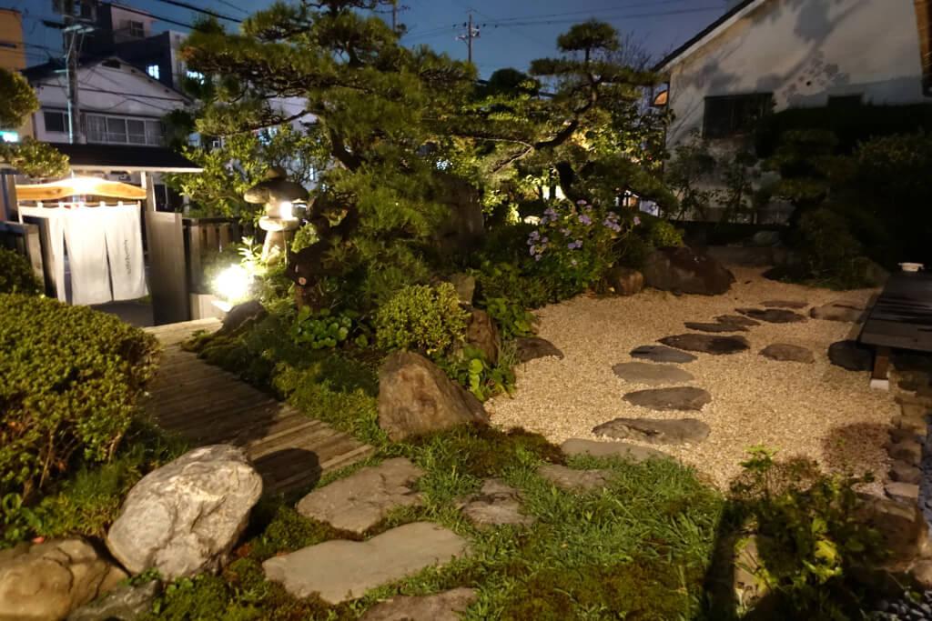 ライトアップされたお庭