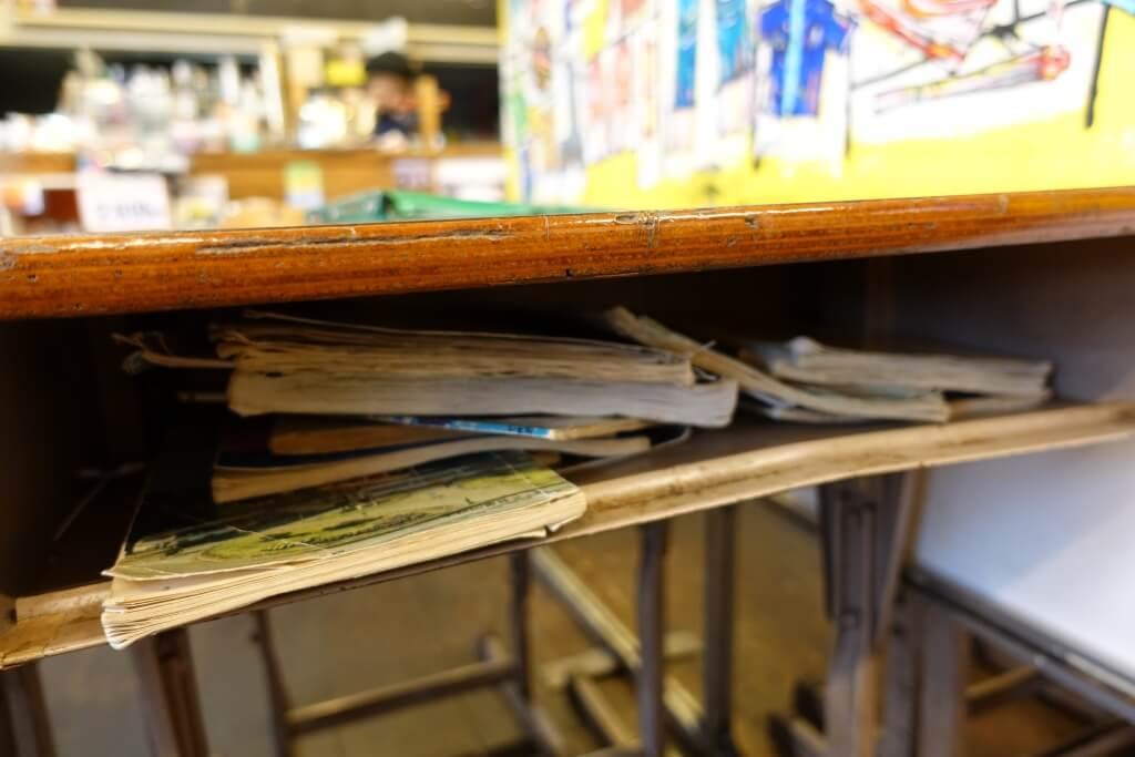 机の中には教科書とノート