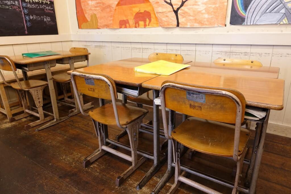 教室の机と椅子