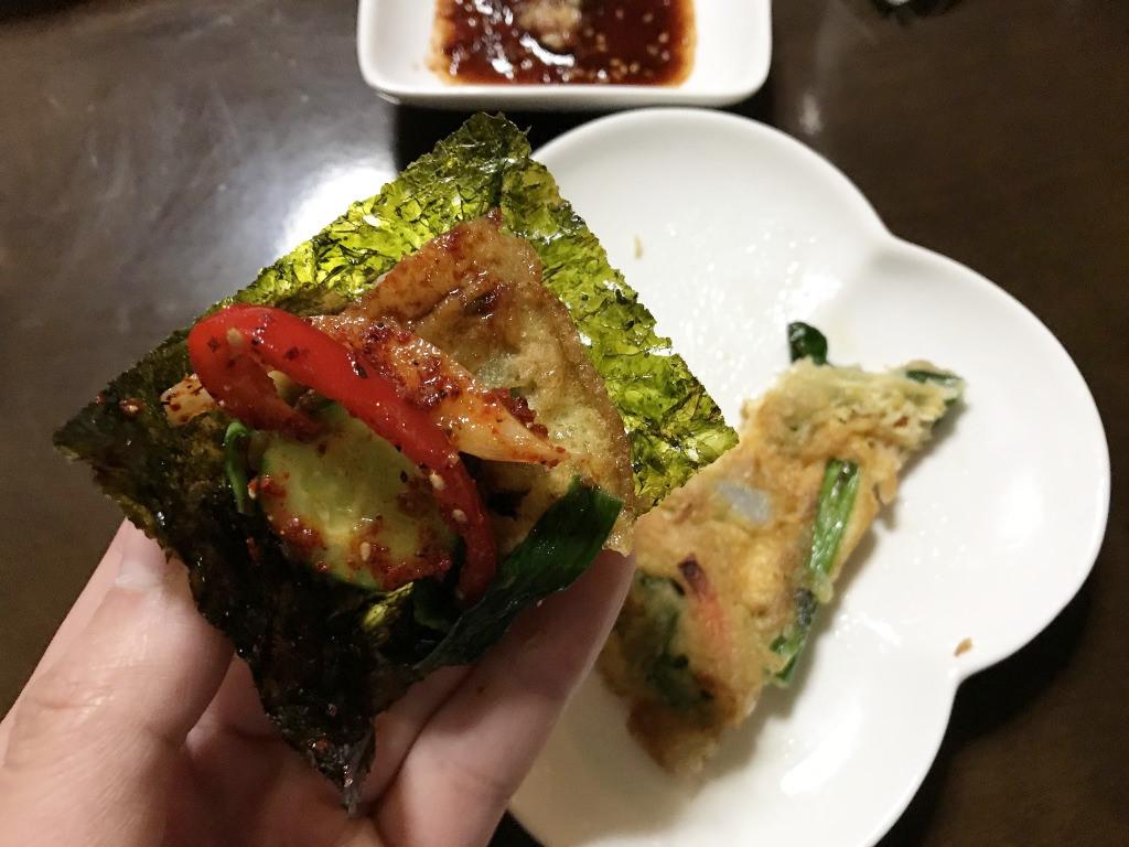 韓国海苔を巻いて食べる