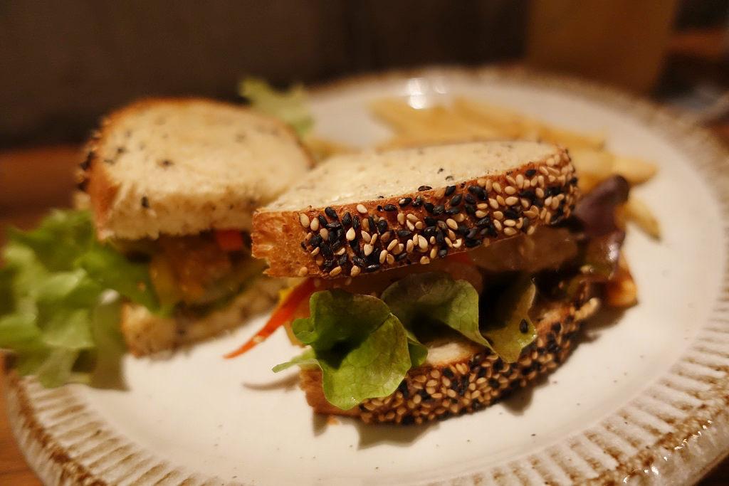 揚げ鶏の甘酢だれサンドイッチ