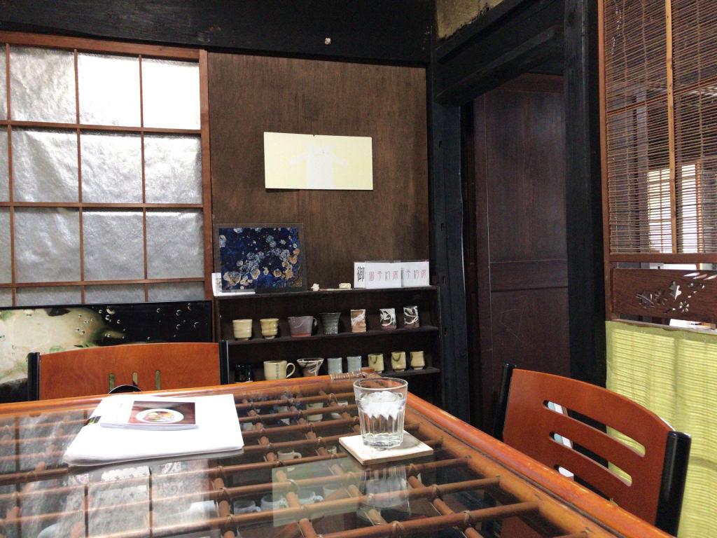 カフェなまづやのテーブル席