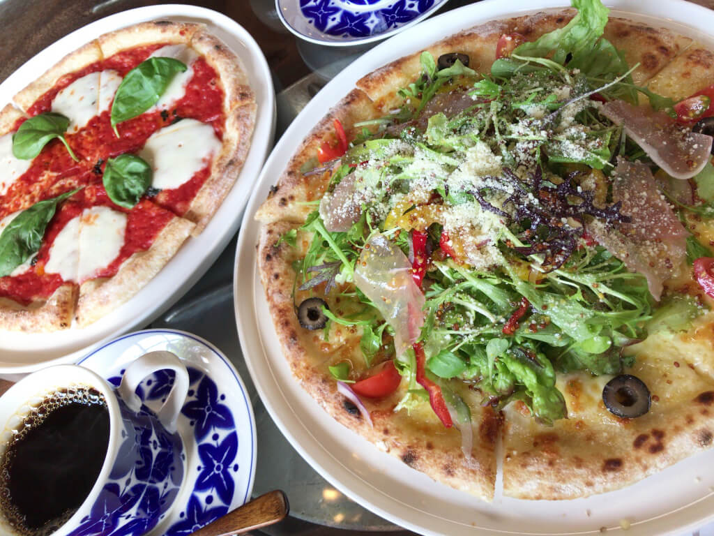 サラダピッツァとマルゲリータ