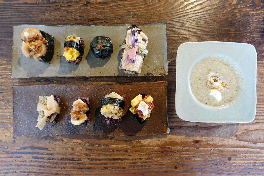 「有機黒米の発酵ベジ寿司」と「スープ」