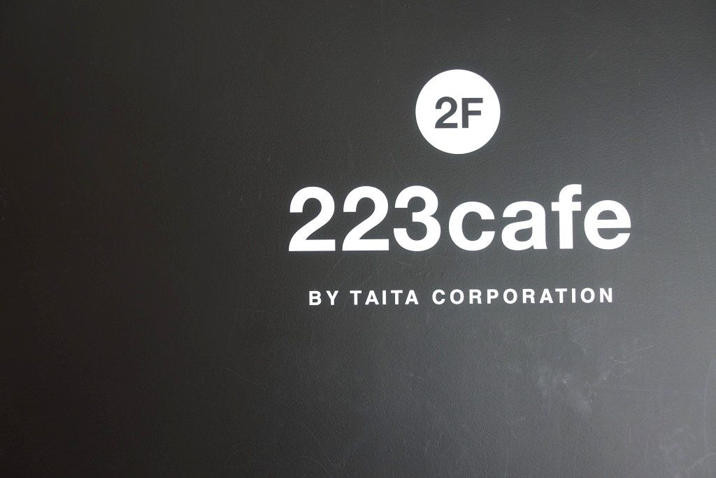 223cafe(ニーニーサンカフェ)のロゴ