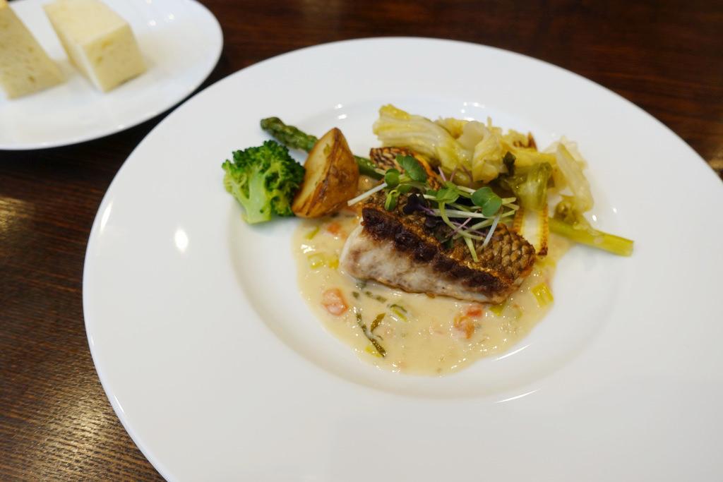 鮮魚のポワレ オゼイユ風味のクリームソース