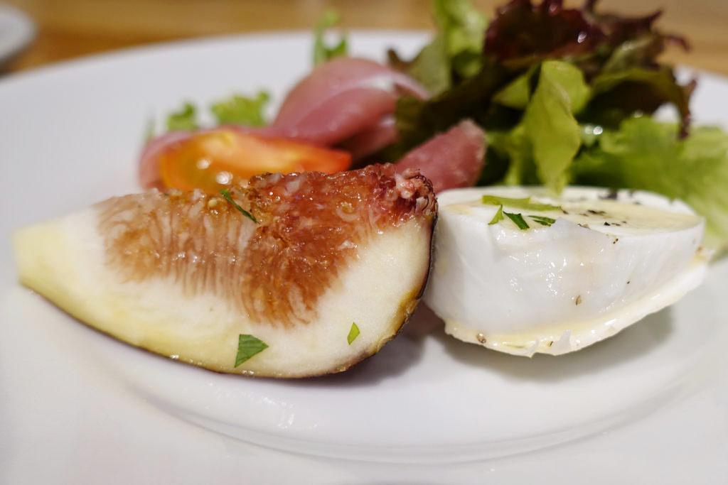 静岡県産のイチジク 水牛モッツァレラ パルマ産生ハムのサラダ