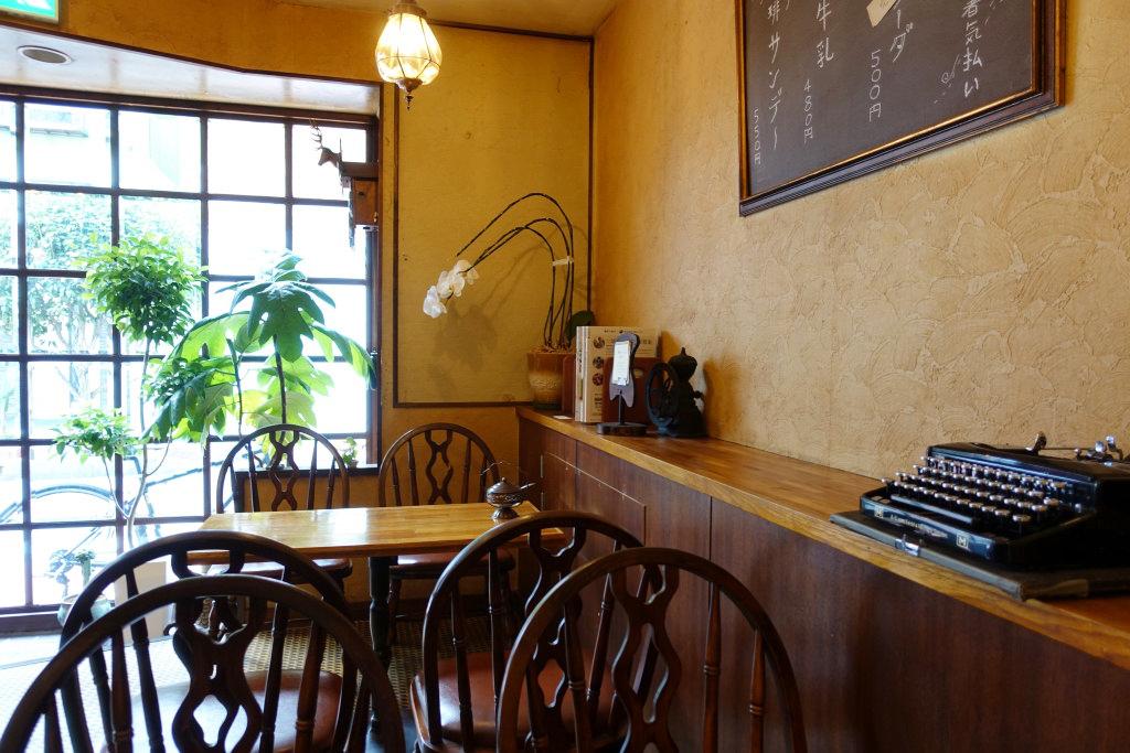 「ヒトヤ堂」の喫茶スペース