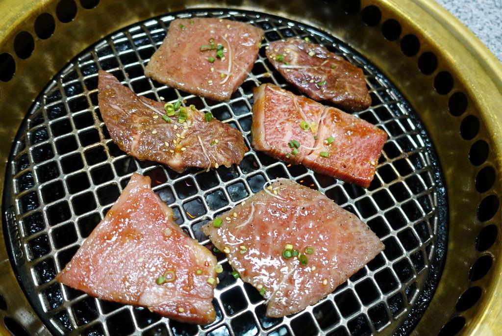 お肉を焼く