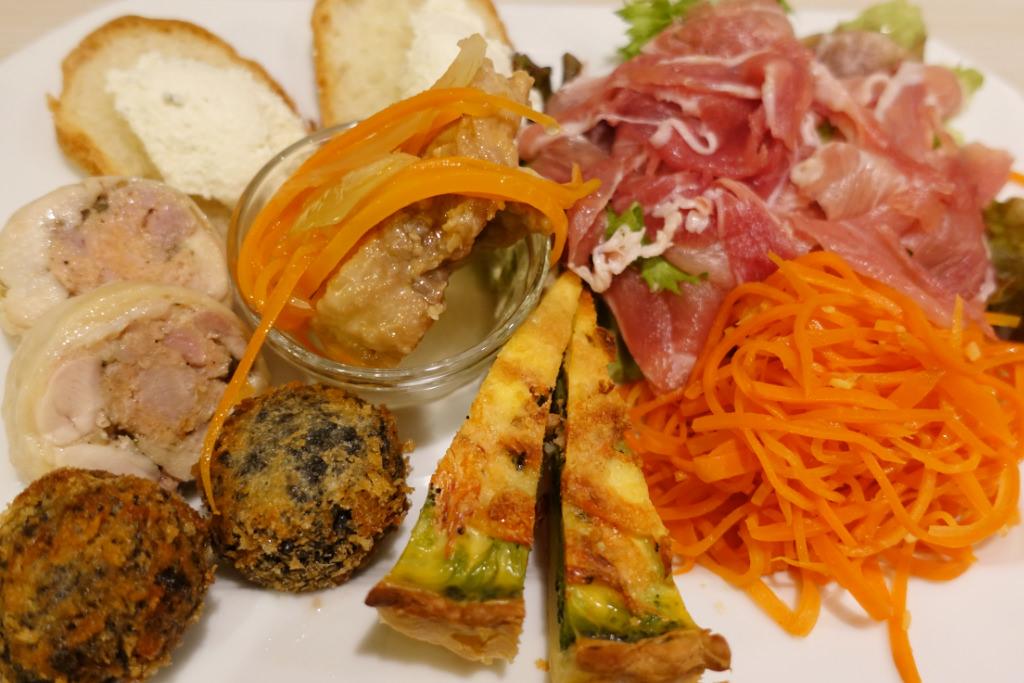 パリのお惣菜屋さんのサラダ