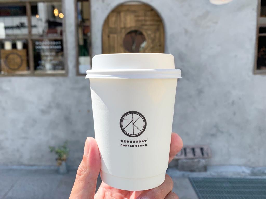 ウェンズデイコーヒースタンドの外観とテイクアウトのカップ