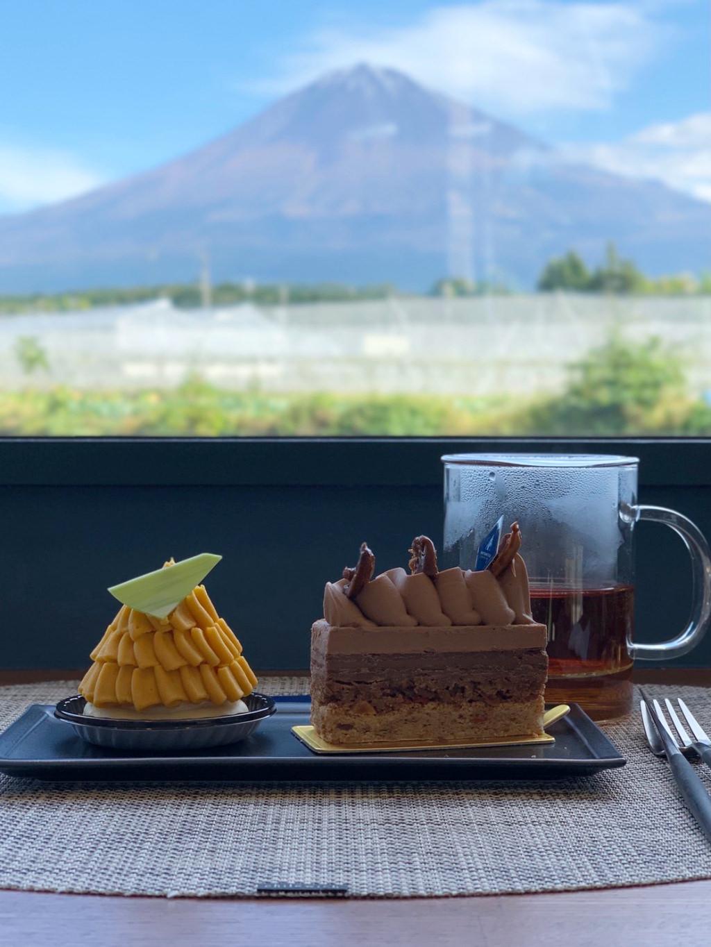 富士山を見ながらケーキをいただく